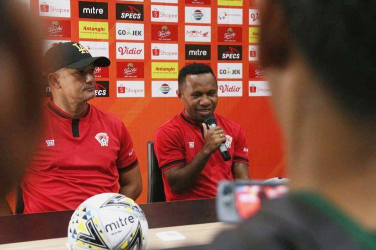 Penyerang sayap Kalteng Putra Ferinando Pahabol bersama sang pelatih Gomes de Olivera saat jumpa pers jelang laga Persebaya Vs Kalteng Putra di Surabaya, Senin (20/5/2019).