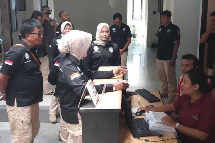 Petugas kepolisian melakukan razia narkoba di indekos eksklusif DParagon di Jalan Kahuripan Kelurahan Sumber, Kecamatan Banjarsari, Solo, Jawa Tengah, Senin (24/6/2019).