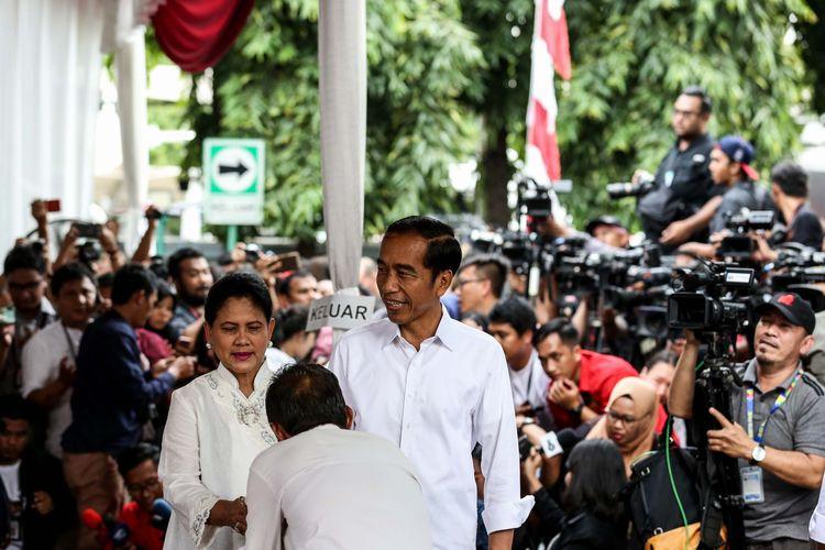 Calon Presiden Nomor Urut 01, Joko Widodo menggunakan hak pilihnya dalam Pemilu serentak 2019 di TPS 008, Pelataran Gedung Lembaga Adminsitrasi Negara, Gambir, Jakarta Pusat, Rabu (17/4/2019).