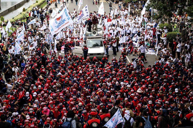 Buruh melakukan aksi peringatan Hari Buruh Internasional 2019 di kawasan Monumen Nasional, Jakarta, Rabu (1/5/2019). Dalam aksinya, buruh meminta pemerintah menghapus Peraturan Pemerintah (PP) Nomor 78 tahun 2015 tentang pengupahan dan meminta melakukan perbaikan terhadap sistem BPJS Kesehatan.