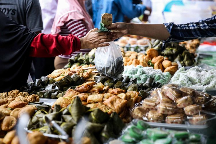 Para pedagang makanan menggelar dagangan takjil di samping Pasar Bendungan Hilir, Jakarta, Rabu (8/5/2019). Bulan puasa menjadi berkah tahunan bagi para pedagang di kawasan ini. Banyak pegawai perkantoran sekitar dan warga memadati kawasan itu untuk mencari minuman dan makanan untuk berbuka puasa.
