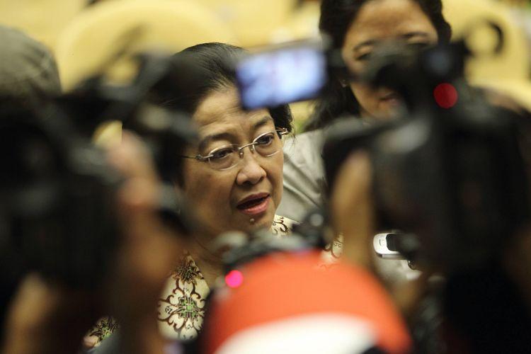 Ketua Umum Partai Demokrasi Indonesia Perjuangan Megawati Soekarnoputri menjawab pertanyaan wartawan usai menjadi pembicara kunci dalam Seminar Nasional : Krisis Keuangan dan Pangan, Peluang atau Ancaman di Gedung DPR RI, Jakarta, Kamis (13/10/2011).
