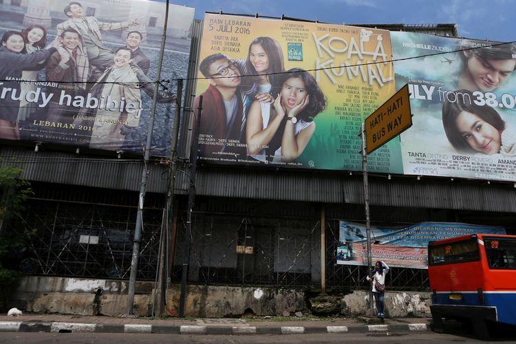 Foto diambil pada 23 Juli 2016 ini memperlihatkan sederet baliho iklan film yang akan diputar di bioskop yang sebelumnya beroperasi di kawasan Senen, Jakarta Pusat.