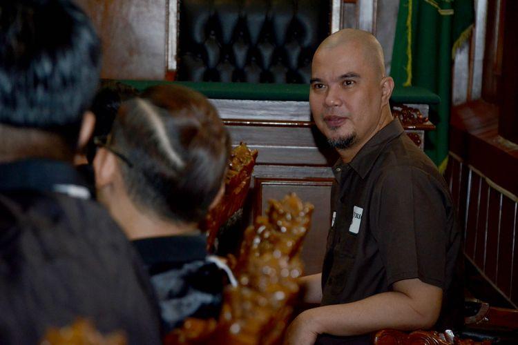 Terdakwa kasus dugaan pencemaran nama baik Ahmad Dhani Prasetyo mengikuti sidang di Pengadilan Negeri Surabaya, Selasa (11/6). Majelis Hakim menjatuhkan hukuman satu tahun penjara kepada terdakwa.