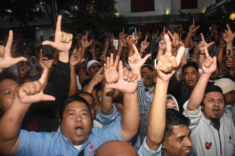 Pendukung pasangan Capres-Cawapres nomor urut 02 Prabowo Subianto-Sandiaga Uno meluapkan kegembiraannya seusai deklarasi kemenangan Pilpres 2019 di kediaman Prabowo, di Kertanegara, Jakarta, Kamis (18/4/2019). Para pendukung meluapkan kegembiraanya seusai Prabowo mendeklarasikan kemenangannya versi real count internal BPN sebesar 62 persen.