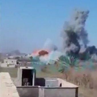 Kepulan asap terlihat dari Baghouz, Suriah, yang diyakini merupakan bom bunuh diri dari anggota ISIS  untuk mempertahankan kantong pertahanan terakhir mereka.