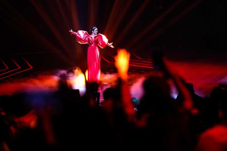 Finalis idol, Lyodra membawakan sebuah lagu dalam babak final indonesian idol di Studio RCTI, Jakarta Barat, Senin (2/3/2020). Lyodra menjadi pemenang Indonesian Idol X.