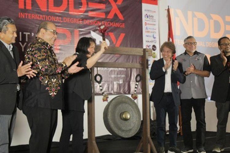 Pemukulan Gong sebagai simbolis Opening Ceremony yang dilakukan oleh pihak Universitas Pembangunan Jaya dan UiTM Malaysia (1/8/2019).