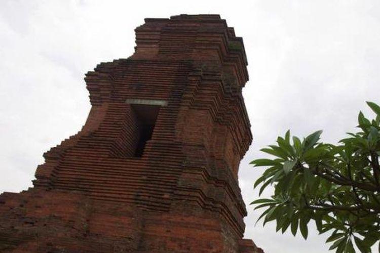 Wisatawan lokal menikmati keindahan Candi Brahu di kawasan situs arkeologi Trowulan, Kabupaten Mojokerto, Jawa Timur, Minggu (6/1/2013). Situs Trowulan di Jawa Timur menyimpan sisa keagungan Kerajaan Majapahit yang hingga kini terus diteliti. Di kawasan ini, ditemukan ratusan ribu peninggalan arkeologis, berupa artefak, ekofak, dan fitur yang diperkirakan berasal dari abad ke-12 hingga abad ke-15. Dengan hamparan benda cagar budaya yang tersebar di berbagai lokasi, Trowulan menjadi laboratorium arkeologis terlengkap di pelosok Nusantara.