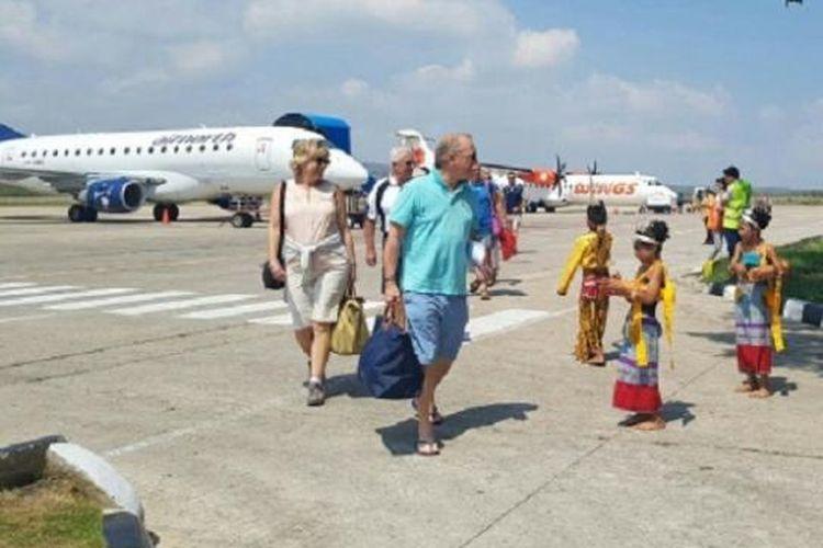 Sejumlah wisatawan asal Darwin, Australia yang menggunakan pesawat carteran, disambut dengan tarian adat di Bandara El Tari Kupang, Nusa Tenggara Timur, Minggu (2/10/2016).