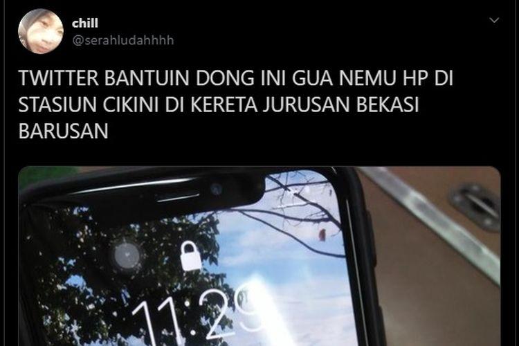 Alfioni Salsabila (19) atau akrab disapa Alfi mengembalikan ponsel iPhone X temuannya di Stasiun Cikini, Jakarta kepada pemiliknya.