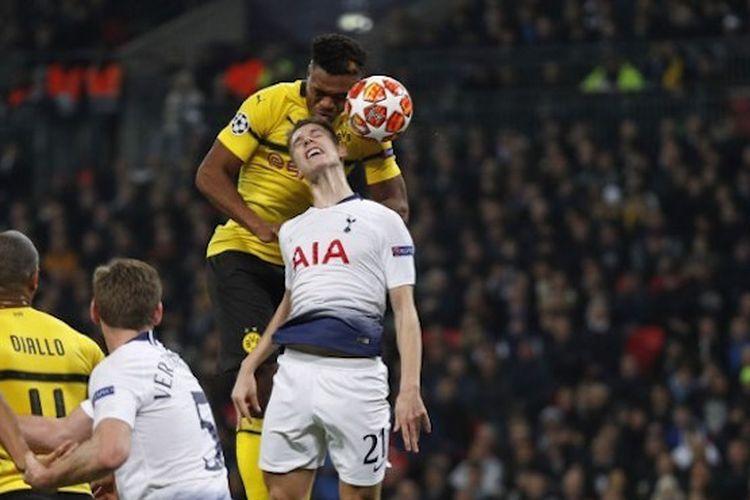 Dan-Axel Zagadou mengungguli Juan Foyth saat berduel memperebutkan bola pada pertandingan Tottenham Hotspur vs Borussia Dortmund di Stadion Wembley dalam babak 16 besar Liga Champions, 13 Februari 2019.