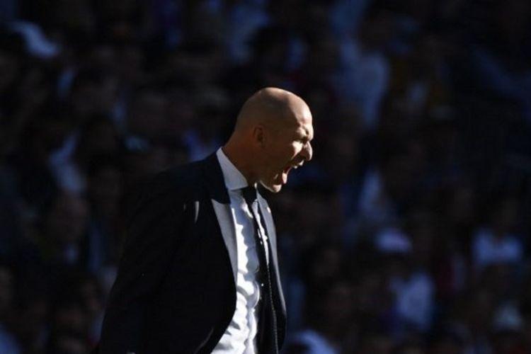 Zinedine Zidane memberi instruksi kepada anak-anak asuhnya pada pertandingan Real Madrid vs Celta Vigo dalam lanjutan La Liga Spanyol di Stadion Santiago Bernabeu, 16 Maret 2019.
