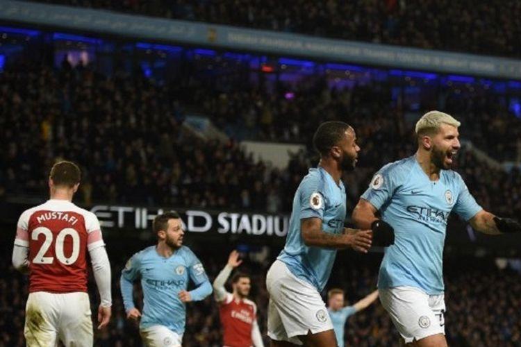 Raheem Sterling merayakan gol ketiga Sergio Aguero pada pertandingan Manchester City vs Arsenal di Stadion Etihad dalam lanjutan Liga Inggris, 3 Februari 2019.
