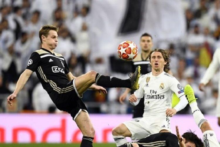 Frenkie de Jong tengah mengontrol bola di hadapan Luka Modric pada pertandingan Real Madrid vs Ajax Amsterdam di Stadion Santiago Bernabeu dalam babak 16 besar Liga Champions, 5 Maret 2019.