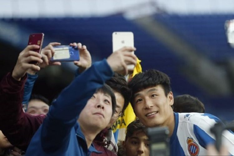 Wu Lei melayani permintaan fan berswafoto saat menjalani sesi perkenalan sebagai pemain baru Espanyol di Stadion RCDE, 29 Jamuari 2019.