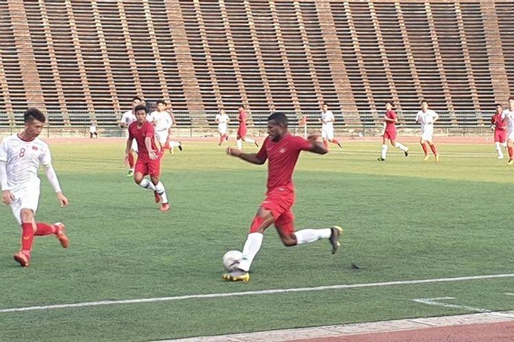 Marinus Wanewar sedang membawa bola pada laga babak semifinal Piala AFF U-22 antara Vietnam vs Indonesia di Stadion Nasional, Minggu (24/2/2019). Pada laga ini, Indonesia menang 1-0 atas Vietnam berkat gol Luthfi Kamal.