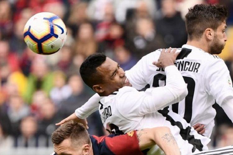 Alex Sandro dan Rodrigo Bentancur berbenturan saat hendak menyundul bola pada pertandingan Genoa vs Juventus di Stadion Luigi Ferraris dalam lanjutan Serie A, Liga Italia, 17 Maret 2019.
