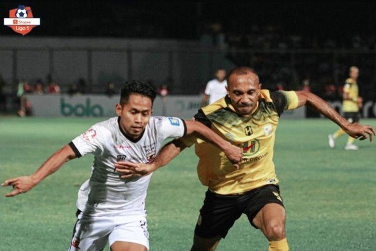 Andik Vermansyah Madura United berjibaku dengan pemain Barito Putera dalam lanjutan pekan kedua Liga 1 2019