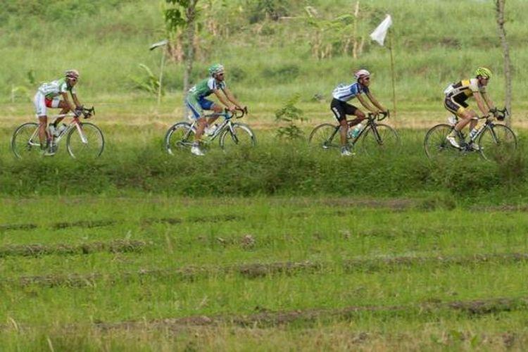 Pebalap menyelesaikan etape pertama Tour de Ijen 2012 yang menempuh jarak 124,7 kilometer dari Kota Banyuwangi menuju Pulau Merah, Banyuwangi, Jawa Timur, Jumat (7/12/2012)  Pebalap Uzbekistan Denis Shaymanov memenangi etape ini.