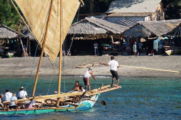 Desa Lamalera, masuk dalam agenda petualangan karena di sinilah atraksi berburu paus secara tradisional masih tetap dipertahankan.