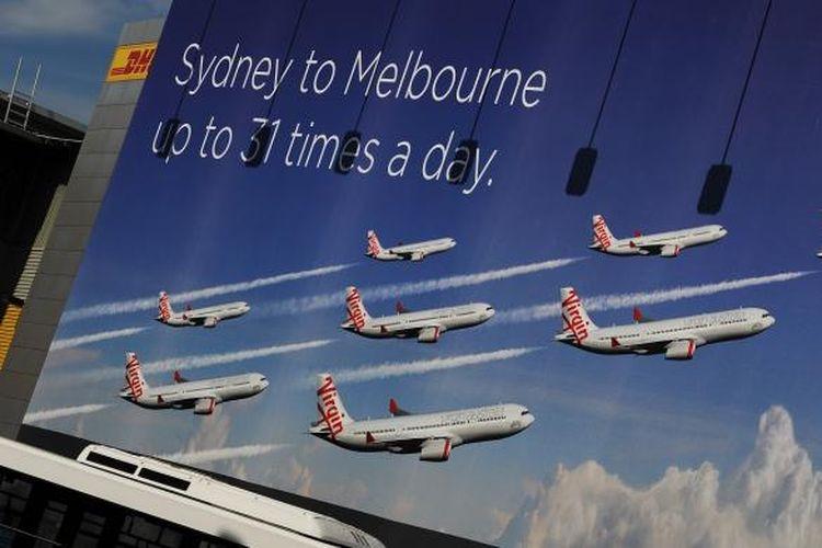 Baliho reklame maskapai penerbangan Virgin Australia dipasang di pintu masuk Bandara Sydney, Australia.