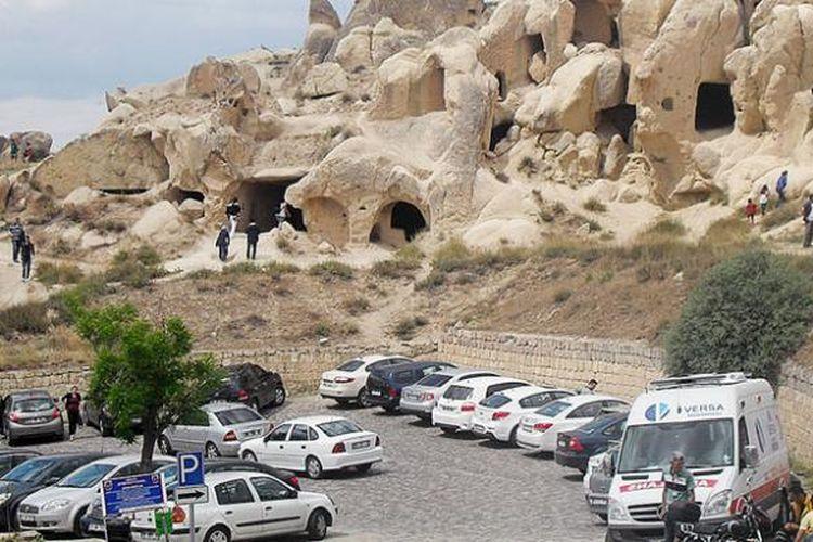 Hamparan perbukitan dengan goa-goa bekas tempat tinggal manusia di Kapadokia.