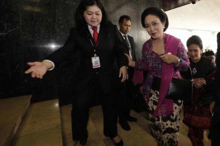 Anggota DPR-RI dari fraksi Partai Golkar Titiek Soeharto hadir dalam Sidang Paripurna MPR RI Awal Masa Jabatan Periode 2014-2019 di Gedung MPR/DPR, Senayan, Jakarta, Rabu (1/10/2014).