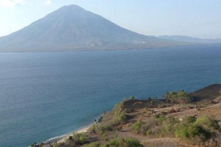 Memandang laut dari Bukit Doa Watomiten, di Desa Bour, Kabupaten Lembata, Nusa Tenggara Timur.