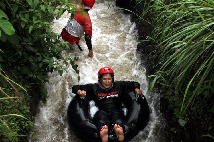 Wahana river tubing di aliran irigasi Pabelan, Dusun Krogowanan, Desa Krogowanan, Kecamatan Sawangan, Kabupaten Magelang, Jawa Tengah.