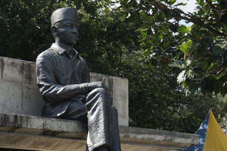 Patung Bung Karno di samping pohon sukun di kompleks Pelabuhan Bung Karno, Ende, Pulau Flores, Nusa Tenggara Timur.