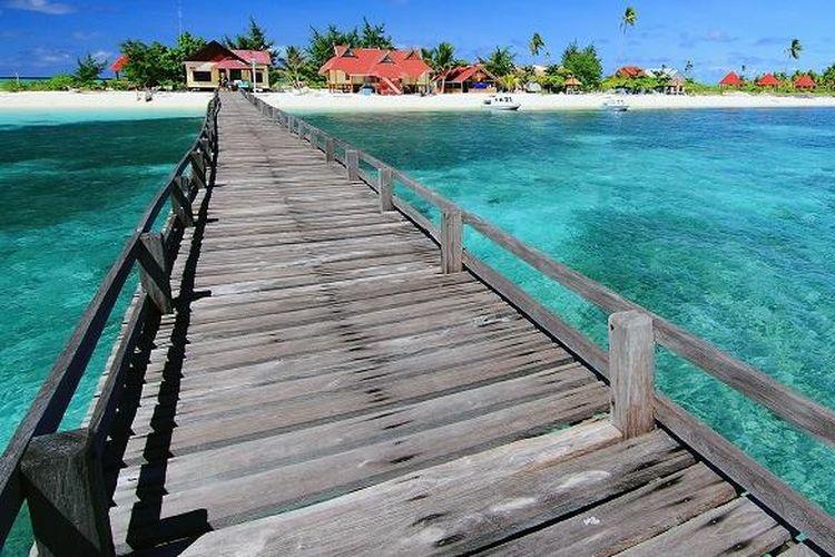Jembatan di Pulau Tinabo, Taman Nasional Taka Bonerate, Kepulauan Selayar, Sulawesi Selatan.