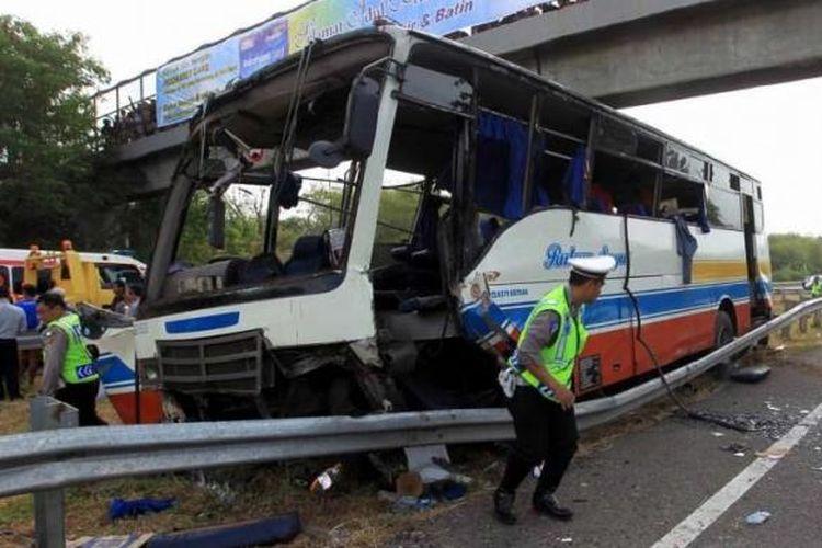 Kecelakaan bus Rukun Sayur dengan nomor polisi AD 1523 CF di kilometer 202 Tol Palimanan - Kanci, Cirebon, Jawa Barat, Selasa (14/7/2015). Sebanyak 11 orang meninggal dunia dalam kecelakaan ini.