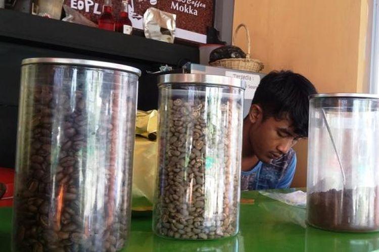 Peracik kopi Gayo sedang memilih biji kopi di Taman Simpang Legos, Kota Lhokseumawe, Aceh, Jumat (2/10/2015).