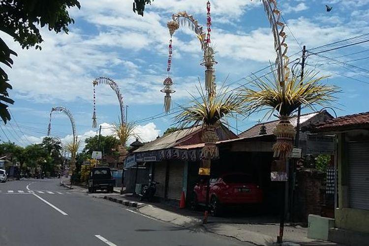 Penjor berjajar rapi di setiap rumah di Kota Denpasar.