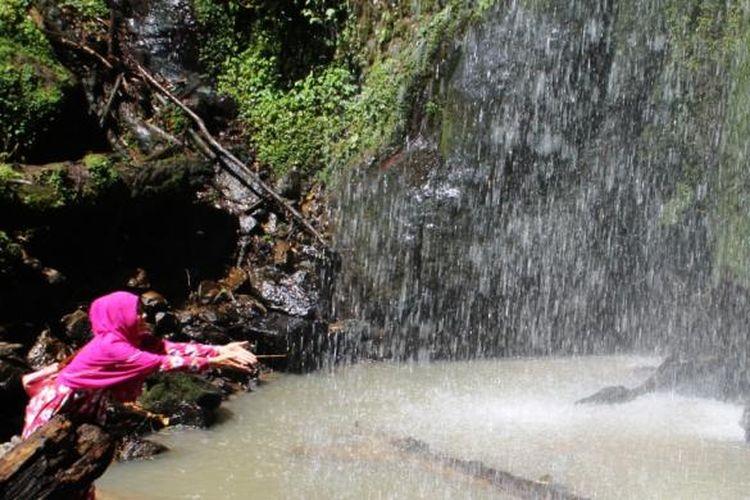 Seorang pengunjung sedang menikmati suasana di lokasi wisata Air Terjun Bur Bulet, Minggu (21/2/2016), di Kampung Wih Terjun, Kecamatan Pegasing, Aceh Tengah, Aceh. Kawasan wisata alam tersebut hingga saat ini belum tersentuh pembangunan dari pemerintah daerah setempat.
