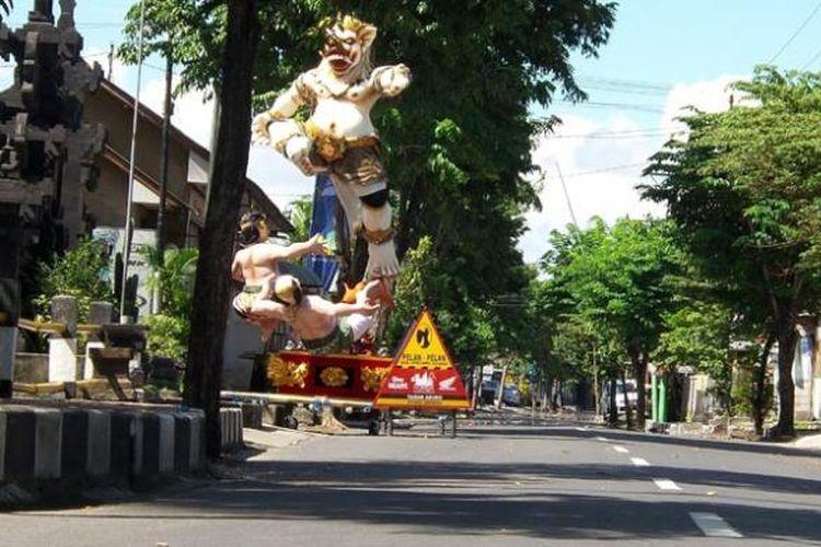 Seluruh jalanan di Pulau Bali sepi pada hari raya Nyepi menyambut tahun baru caka 1937, Sabtu (21/3/2015). Selama 24 jam, umat Hindu Bali melaksanakan ajaran caturbrata (amati geni, amati lelanguan, amati lelungan, dan amati karya). Tidak seorang pun boleh berpergian tanpa seizin pecalang, petugas keamanan adat setempat. Sebuah ogoh-ogoh masih dibiarkan tidak dibakar di pinggir jalan depan Banjar Kancil, Kerobokan, Kabupaten Badung setelah di arak berkeliling desa oleh para pemuda di malam menjelang penyepian.