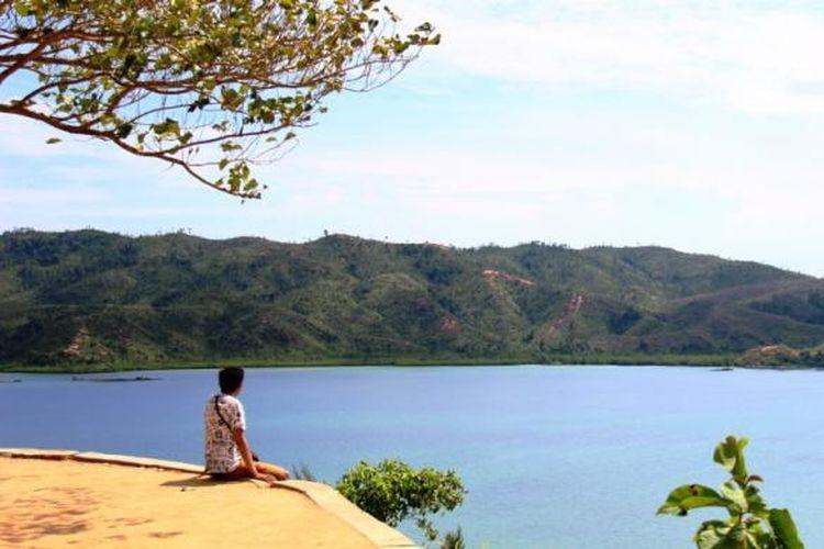 Memandang indahnya lanskap kawasan mandeh dari puncak Panorama Satu yang hanya berjarak satu setengah kilometer sebelum pelabuhan Carocok Terusan, tempat wisatawan menyebrang menuju pulau-pulau di kawasan Mandeh.