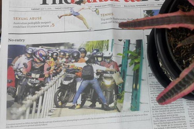 Foto utama halaman 1 The Jakarta Post edisi Selasa (43/5/2016) yang menggambarkan keberanian Alfini menghadang para pemotor yang memakan trotoar di dekat Stasiun Sudirman, Jakarta.