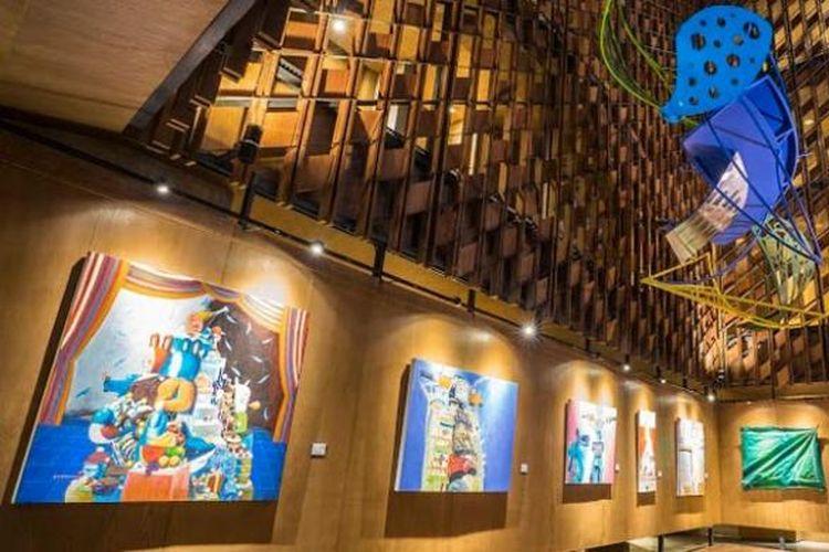 Karya para seniman Bali yang dipajang di Hotel Artotel Sanur ? Bali.