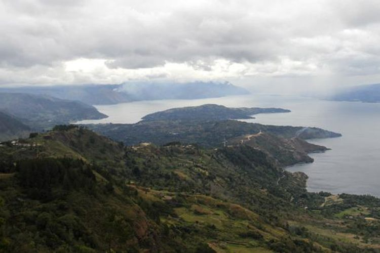 Panorama Danau Toba dilihat dari Bukit Huta Ginjang di Desa Dolok Martumbur, Kecamatan Muara, Tapanuli Utara, Selasa (23/8/2016). Obyek wisata ini terletak kurang lebih berjarak 8 kilometer dari Bandara Silangit, Siborong-Borong, Tapanuli Utara, Sumatera Utara.