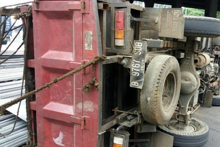 Kecelakaan truk di Tol Jakarta-Cikampek