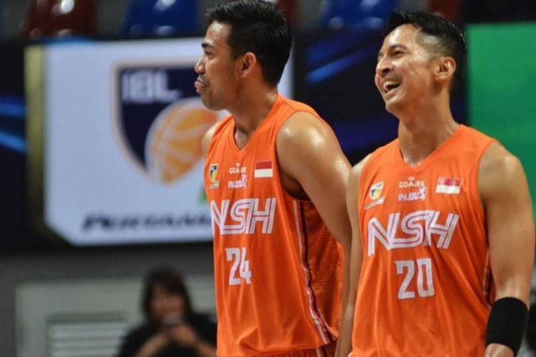 Dua pemain NSH Jakarta, Muhammad Irman dan Wendha Wijaya, saat tampil dalam salah satu pertandingan IBL 2018/19 Seri Jakarta.
