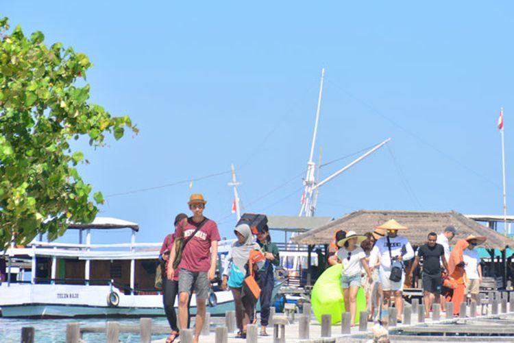 Turis Nusantara sedang menikmati perjalanan di dermaga Pulau Kanawa untuk berlibur. Pulau Kanawa merupakan tempat terbaik untuk berwisata juga untuk menyelam di Manggarai Barat, Flores, NTT, Jumat (12/5/2017).