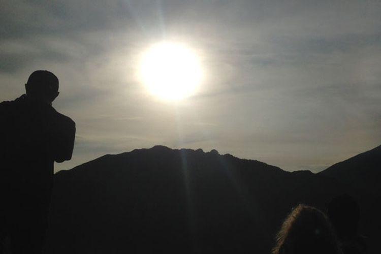 Menikmati matahari pagi di Dataran Tinggi Dieng, Jawa Tengah. Foto diambil pertengahan November 2017.