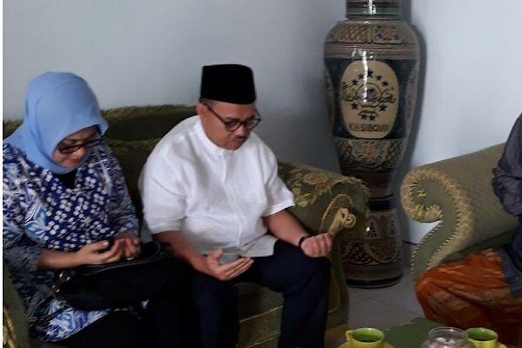 Sudirman Said (tengah) berdoa bersama pimpin Pondok Pesantren Assalafiyah Desa Luwungragi Brebes, Jawa Tengah.