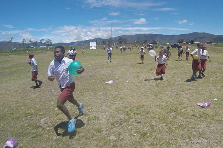 Anak-anak SD di Distrik Anggi, Kabupaten Pegunungan Arfak, Papua Barat mengikuti lomba 17 Agustus di Lapangan Anggi setelah upacara pengibaran bendera merah putih, Jumat (17/8/2018) siang. Lomba 17 Agustus di Lapangan Anggi merupakan bagian dari kegiatan Bhakti Papua Ekspedisi Bumi Cenderawasih Mapala UI.