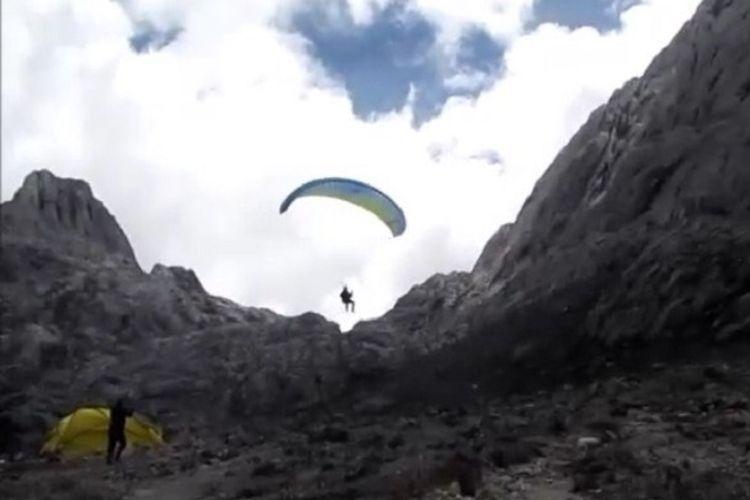 Tim penerbang paralayang dari Afrika Selatan, Pierre Carter dan Nico Hickley terbang dari Gunung Carstensz di ketinggian 4.600 meter di atas permukaan laut, Papua, Selasa (11/12). Pencapaian Pierre dan Nico memecahkan rekor sebagai penerbang pertama menggunakan paralayang dari Gunung Carstensz.