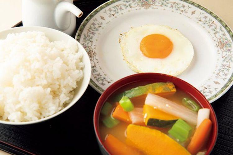 Paket sarapan termasuk telur mata sapi (mulai 382 yen).