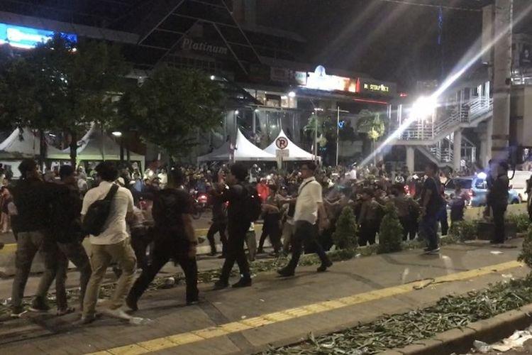 Polisi membubarkan ratusan massa yang masih berunjuk rasa didepan kantor Bawaslu RI, Jakarta Pusat, Selasa (21/5/2019). Menurut pantauan Kompas.com dilokasi, ratusan massa mulai dibubarkan karena merusak pagar besi yang diletakkan kepolisian di depan kantor Bawaslu RI pada pukul 22.15 sambil menyanyikan lagu Pak polisi tugasmu mengayomi, berulang kali.(KOMPAS.com/ TATANG GURITNO )